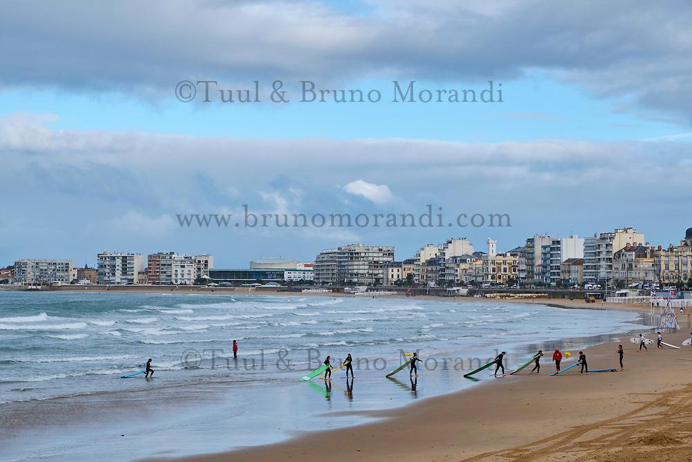 France, Vendée (85), Les Sables-d'Olonne, cour de surf sur la plage // France, Vendée, Les Sables-d'Olonne, surf classes on the beach