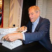 """NLD/Amsterdam/20111109- Boekpresentatie Ard Schenk """" Je tweede Jeugd begint nu"""", signeerd zijn boek"""