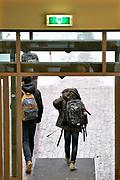 Nederland, Ubbergen, 11-12-2017Leerlingen op een Havo in een kleine gemeente. Op het einde van de dag gaan ze met de rugzak vol boeken weer naar huis.Foto: Flip Franssen