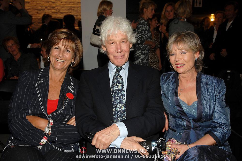 NLD/Amsterdam/20070307 - Modeshow Monique Collignon voorjaar 2007, Sylvia Töth, Paul van Vliet en partner Lidewij de Jongh