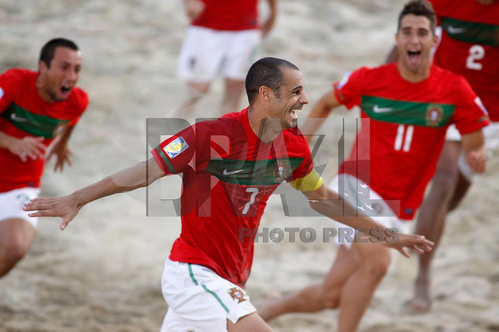 RAVENNA, ITALIA, 08 DE SETEMBRO DE 2011 - COPA DO MUNDO DE BEACH SOCCER - Madjer capitao , de Portugal, comemora vitoria sobre Senegal, válida pelas quartas de final da Copa do Mundo de Beach Soccer, no Estádio Del Mare, em Ravenna, Itália, nesta quinta-feira (8). (FOTO: WILLIAM VOLCOV - NEWS FREE).