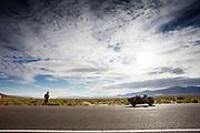 Mike Mowett tijdens de derde racedag. In Battle Mountain (Nevada) wordt ieder jaar de World Human Powered Speed Challenge gehouden. Tijdens deze wedstrijd wordt geprobeerd zo hard mogelijk te fietsen op pure menskracht. De deelnemers bestaan zowel uit teams van universiteiten als uit hobbyisten. Met de gestroomlijnde fietsen willen ze laten zien wat mogelijk is met menskracht.<br /> <br /> In Battle Mountain (Nevada) each year the World Human Powered Speed Challenge is held. During this race they try to ride on pure manpower as hard as possible.The participants consist of both teams from universities and from hobbyists. With the sleek bikes they want to show what is possible with human power.
