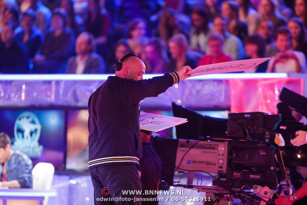 NLD/Hilversum/20130202 - 6de liveshow Sterren Dansen op het IJs 2013, aanwezigingen van de productieleider voor Gerard Joling