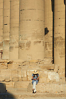 Afrique du Nord, Egypte, Louxor, Temple de Louxor, Patrimoine mondial de l'UNESCO, Vallée du Nil, rive gauche du Nil, Colonnade, colossale colonne de pierre, touriste // Africa, Egypt, Louxor, Temple of Luxor, World Heritage of the UNESCO, east bank of the river Nile, tourist