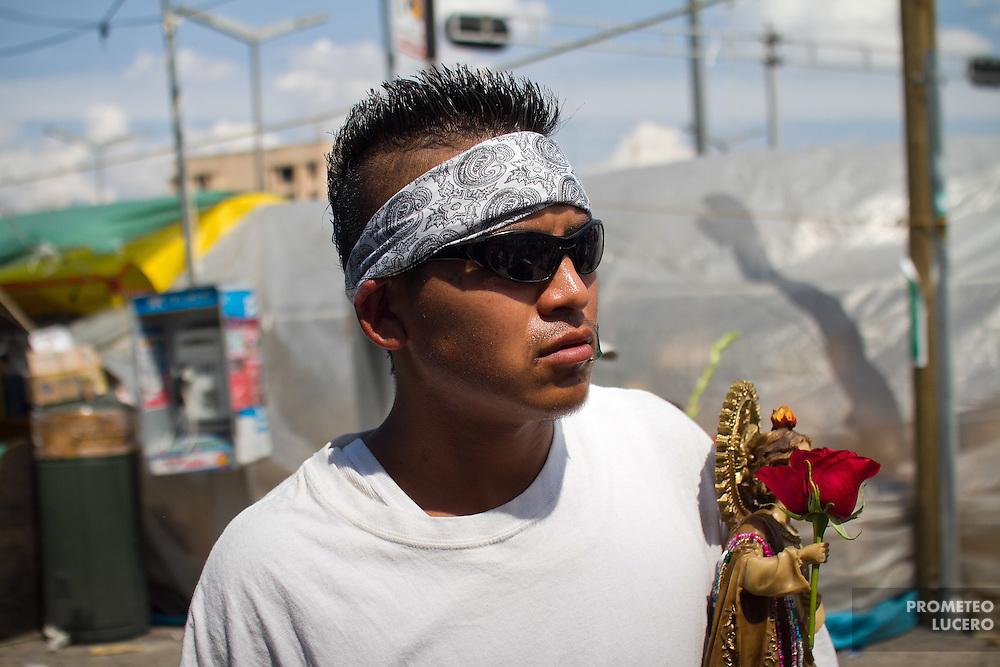 Un devoto a San Judas Tadeo camina en las cercanías de la Iglesia de San Hipólito, en la Ciudad de México.  (Prometeo Lucero)
