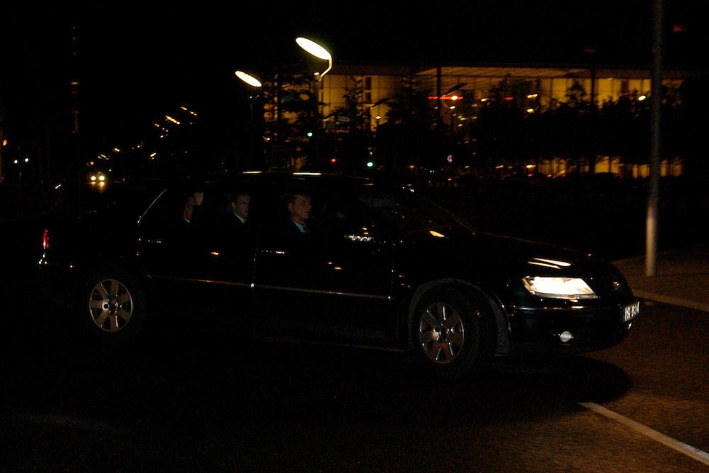 2004, BERLIN/GERMANY:<br /> Gerhard Schroeder, SPD, Bundeskanzler, in seinem Dienstwagen, auf dem Weg zu einem Koalitionsgespraech, Bundeskanzleramt<br /> IMAGE: 20040506-03-002<br /> KEYWORDS: Gerhard Schr&ouml;der<br /> NO CREDIT - OHNE URHEBERVERMERK DRUCKEN