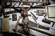 Viggiano, Italia - L'artigiano Leonardo Pesce realizza un'arpa all'interno della sua bottega a Viggiano. L'arpa &egrave; uno dei simboli del paese lucano.<br /> Ph. Roberto Salomone