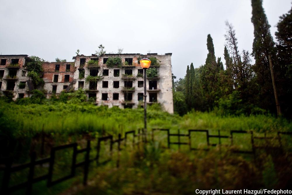 Août 2011. Abkhazie. Pays indépendant non reconnu par la communauté internationale. Près du pont de la rivière Gumitsa. Ex-ligne de front pendant la guerre entre la Géorgie et l'Abkhazie. Mémorial en l'honneur des victimes de la guerre. Derrière, un bâtiment detruit.