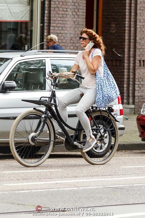 NLD/Amsterdam/20150821 - Barbara Barend fietsend en bellend door Amsterdam