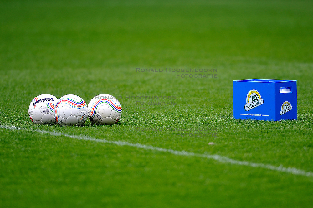 03-04-2011 VOETBAL: FC UTRECHT - ADO DEN HAAG: UTERCHT<br /> AA Drink bidons sponsor en ballen<br /> &copy; Ronald Hoogendoorn Photography