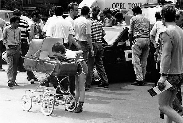 Duitsland, Bitterfeld, 1-7-1990Op 1 juli 1990 werd de duitse monetaire eenwording effectief. De burgers van de ddr konden hun marken, ostmarken, inwisselen tegen de west-duitse mark, in winkels vond een grote operatie plaats om prijzen aan te passen en westerse producten in de schappen te leggen. Op een autoshow van Opel vergapen de Oost duitsers zich aan de moderne westerse autos.Foto: Flip Franssen/Hollandse Hoogte