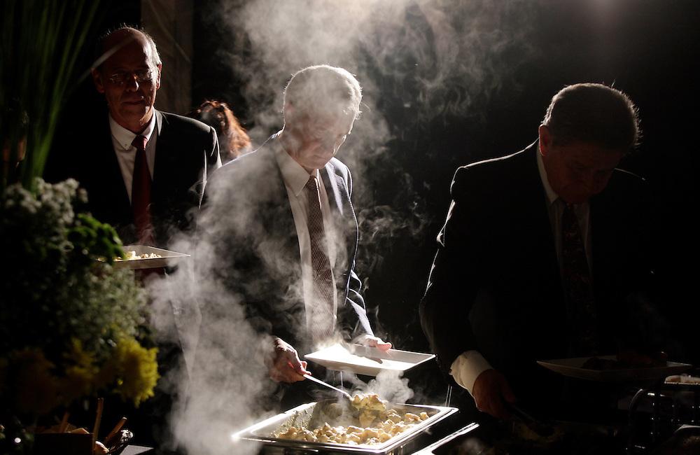 Carpeta 18 Foto 07<br /> Invitados se sirven la cena en la fiesta de un casamiento en Asuncion, Paraguay el 17 de abril de 2011. (Jorge Saenz)<br /> <br /> &quot;Todo era una Fiesta&quot;:<br /> Por mas crisis que ataquen la econom&iacute;a publica y privada, la clase alta de Paraguay tal como la de otros pa&iacute;ses, no limita en lo mas m&iacute;nimo su costumbre de festejar las bodas con una gran inversi&oacute;n econ&oacute;mica en los eventos. Este trabajo presentado es parte de uno mas general en desarrollo sobre la sociedad paraguaya llamado &quot;Las Clases&quot; desde hace mas de 10 a&ntilde;os.