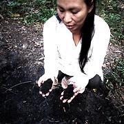 Putany Yawanawa et la terre noire. Extrêmement fertile cette terre est présente en grande quantité sur la terre sacrés des anciens.