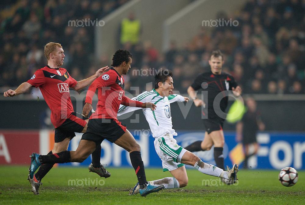 Fussball Uefa Champions League VFL Wolfsburg - Manchester United FC V.l. Paul SCHOLES (Manchester) und NANI (Manchester) gegen Makoto HASEBE (Wolfsburg).
