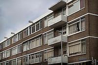 Vervallen appartementen in de Katendrechtse Lagedijk in de Rotterdamse Tarwewijk worden door de eigenaar niet meer onderhouden. Ze worden voornamelijk bewoond door Bulgaarse groepen (illegale) arbeiders.