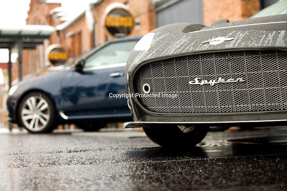 Trollh&auml;ttan 201001 saabs bilmuseum Spykers vd Victor Muller och Saabs vd Jan &Aring;ke Jonsson tr&auml;ffar saabanst&auml;lda och pressen H&auml;r en ny Saab 95 och en Spykerbil<br /> <br /> ----<br /> FOTO : JOACHIM NYWALL KOD 0708840825_1<br /> COPYRIGHT JOACHIM NYWALL<br /> <br /> ***BETALBILD***<br /> Redovisas till <br /> NYWALL MEDIA AB<br /> Strandgatan 30<br /> 461 31 Trollh&auml;ttan<br /> Prislista enl BLF , om inget annat avtalas.