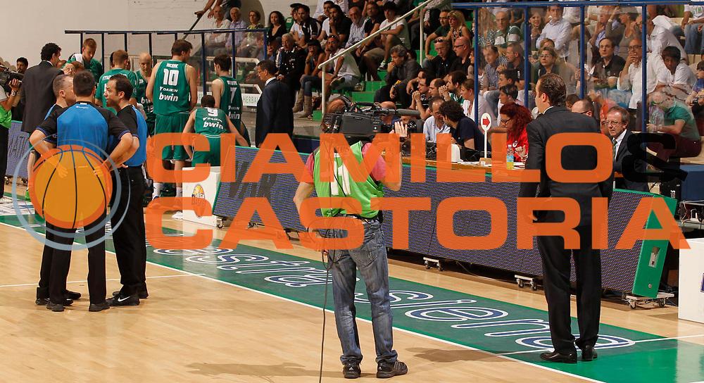 DESCRIZIONE : Siena Lega A 2010-11 Semifinale Play off Gara 2 Montepaschi Siena Benetton Treviso<br /> GIOCATORE : Simone Pianigiani<br /> SQUADRA : Montepaschi Siena<br /> EVENTO : Campionato Lega A 2010-2011<br /> GARA : Montepaschi Siena Benetton Treviso<br /> DATA : 02/06/2011<br /> CATEGORIA : curiosita<br /> SPORT : Pallacanestro<br /> AUTORE : Agenzia Ciamillo-Castoria/P.Lazzeroni<br /> Galleria : Lega Basket A 2010-2011<br /> Fotonotizia : Siena Lega A 2010-11  Semifinale Play off Gara 2  Montepaschi Siena Benetton Treviso<br /> Predefinita :
