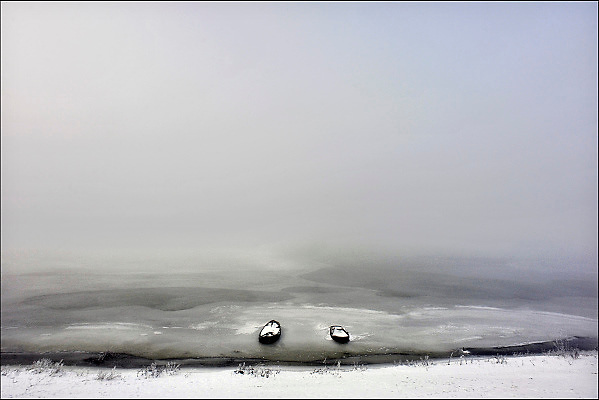 Nederland, Ooijpolder, 30-12-2010Mist over de polder. Twee bootjes in het bevroren water van een plas langs de rivier de Waal.Foto: Flip Franssen/Hollandse Hoogte