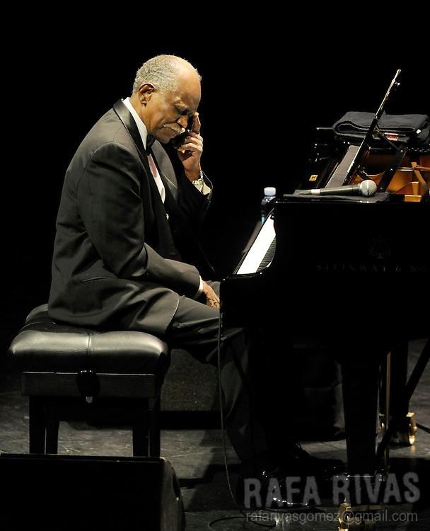 US pianist Hank Jones performs with the Hank Jones Trio, during the 44th Jazzaldia Festival, on July 24, 2009, in the northern Spanish Basque city of San Sebastian. Jazzaldia festival is the oldest jazz festival celebrated in Spain. AFP PHOTO/Rafa Rivas