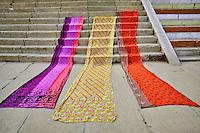 Inde, état d'Uttar Pradesh, Varanasi (Bénarès), sechege de sari // Asia, India, Uttar Pradesh, Varanasi (Benares), sari drying