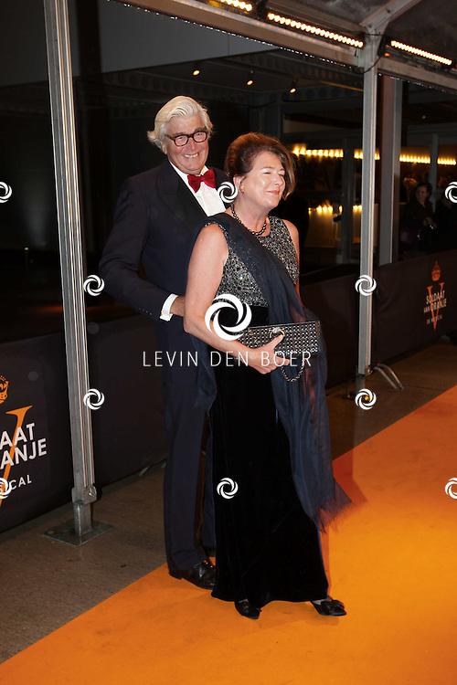 KATWIJK - Cor Zadelhoff en zijn vrouw zaterdag op de oranje loper van de galapremiere van Soldaat van Oranje - de Musical in de Theater Hangaar op de oude vliegbasis Valkenburg bij Katwijk. FOTO LEVIN DEN BOER - PERSFOTO.NU