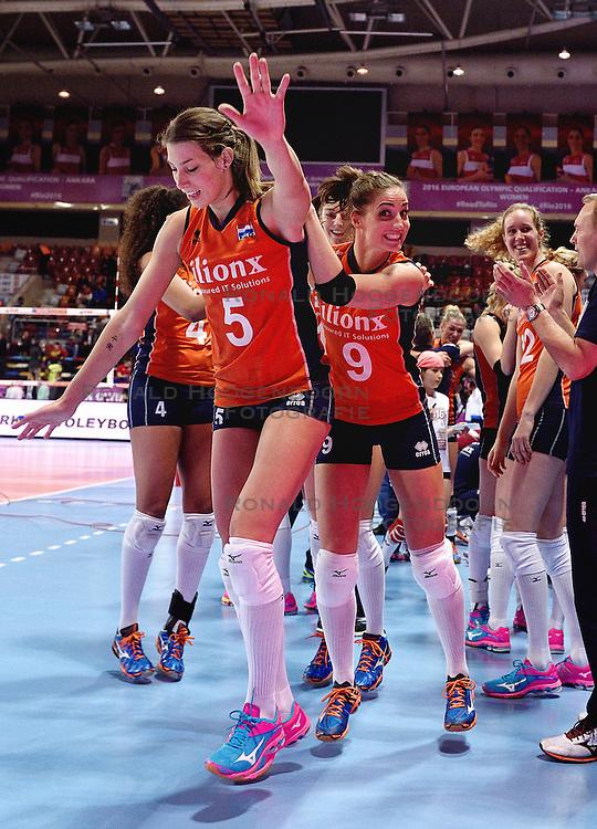 08-01-2016 TUR: European Olympic Qualification Tournament Nederland - Italie, Ankara<br /> De volleybaldames hebben op overtuigende wijze de finale van het olympisch kwalificatietoernooi in Ankara bereikt. Italië werd in de halve finales met 3-0 (25-23, 25-21, 25-19) aan de kant gezet / Vreugde bij Nederland met Robin de Kruijf #5, Myrthe Schoot #9, Robin de Kruijf #5