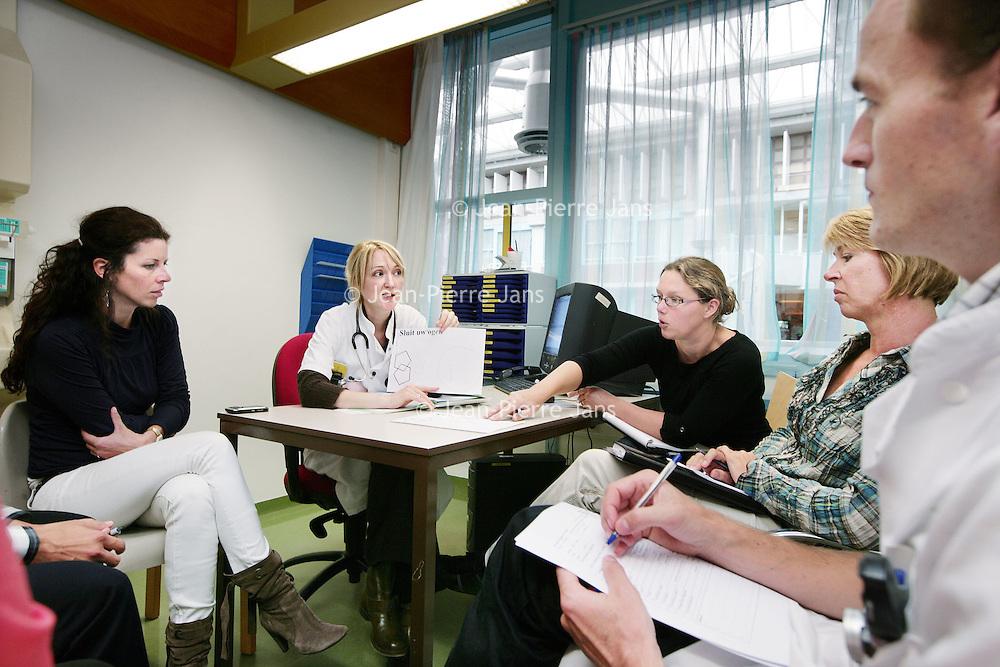 Nederland, Amsterdam , 1 oktober 2009..COGA (Centrum voor Ouderengeneeskunde Amsterdam) .Binnenkort komt u voor onderzoek naar het Centrum voor Ouderen- .geneeskunde Amsterdam (COGA). In deze folder vindt u belangrijke .informatie ten aanzien van uw bezoek aan het COGA. Dit dagcentrum .is een initiatief van de afdelingen interne geneeskunde en neurologie .van VUmc en GGZ inGeest en is bedoeld voor oudere patiënten die .niet geholpen kunnen worden met één of twee polikliniekbezoeken, .maar waarvoor opname niet noodzakelijk is. Het COGA richt zich op .onderzoek en behandeling van ouderen bij wie sprake is van meerdere .aandoeningen tegelijkertijd. Vaak gaat het om een combinatie van .problemen op lichamelijk, geestelijk en sociaal gebied, waardoor de .zelfredzaamheid negatief beïnvloed wordt. Dikwijls worden ouderen .geconfronteerd met een algehele achteruitgang en kan er sprake zijn .van een combinatie van onderstaande klachten: . .o geheugenproblematiek en verwardheid; .o loopproblemen en de neiging tot vallen; .o interesseverlies, 'nergens meer toe komen'; .o  onverklaarbare achteruitgang in het dagelijks functioneren; .o  polyfarmacie, dat wil zeggen het gebruiken van .veel medicijnen tegelijkertijd..De internist-geriater (een arts gespecialiseerd in ouderen) onderzoekt .de oorzaken van deze klachten, zoekt naar mogelijkheden voor .behandeling en geeft adviezen. .De internist-geriater (een arts gespecialiseerd in ouderen) onderzoekt .de oorzaken van deze klachten, zoekt naar mogelijkheden voor .behandeling en geeft adviezen. .De internist-geriater (een arts gespecialiseerd in ouderen) onderzoekt .de oorzaken van deze klachten, zoekt naar mogelijkheden voor .behandeling en geeft adviezen. .De internist-geriater (een arts gespecialiseerd in ouderen) onderzoekt .de oorzaken van deze klachten, zoekt naar mogelijkheden voor .behandeling en geeft adviezen. .COGA is een goed voorbeeld van de samenwerkingsverband tussen VUmc en GGZ IN Geest..Op de foto:MDO door COGA team