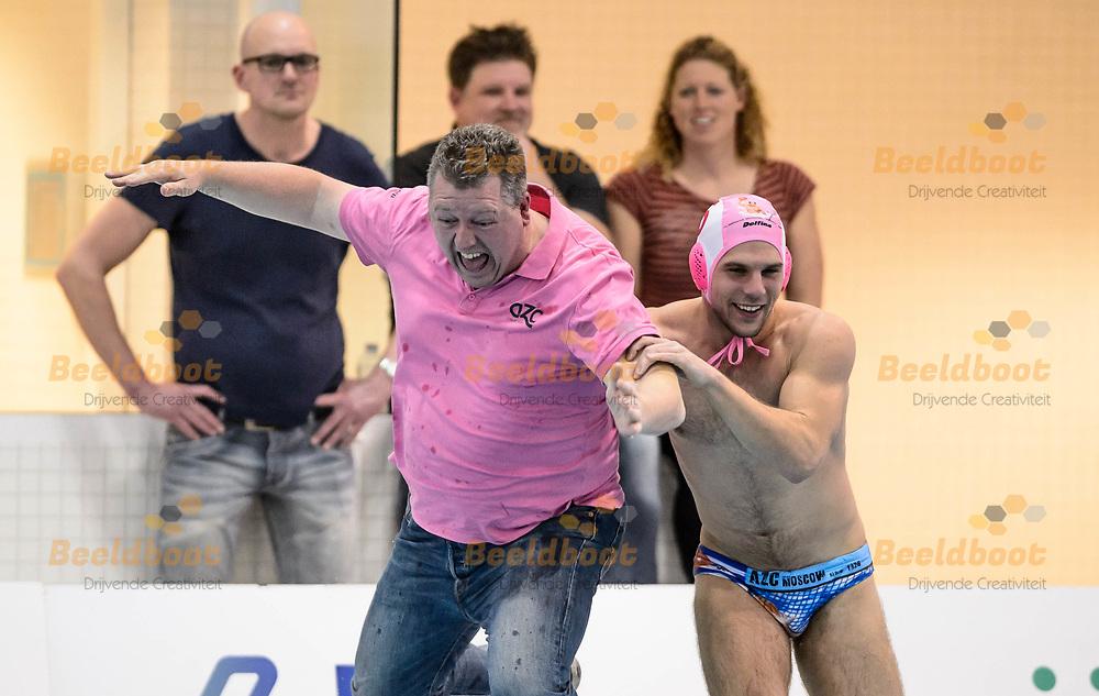 11-03-2018: Waterpolo: Mannen De Zijl v AZC: Den Haag<br /> <br /> (L-R) Teammanager Marcel Komen van AZC Moscow, Laszlo Balazs Nagy van AZC Moscow tijdens KNZB bekerfinale tussen heren AZC Moscow en De Zijl Zwemsport in het Hofbad in Den Haag<br /> <br /> KNZB beker heren - Seizoen 2017 / 2018<br /> <br /> Foto: Gertjan Kooij