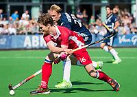 AMSTELVEEN -  Floris de Ridder (Kampong) met Tijn Knetemann (Pinoke)     tijdens de hoofdklasse competitiewedstrijd heren hockey Pinoke-Kampong (1-4) .   COPYRIGHT KOEN SUYK