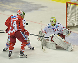 27.09.2015, Stadthalle, Klagenfurt, AUT, EBEL, EC KAC vs HCB Suedtirol, im Bild Jamie Lundmark (EC KAC, #74), Oberdörfer Hannes (HCB Suedtirol #44), Hübl Jaroslav (HCB Suedtirol #24)// during the Erste Bank Eishockey League match betweeen EC KAC and HCB Suedtirol at the City Hall in Klagenfurt, Austria on 2015/09/27. EXPA Pictures © 2015, PhotoCredit: EXPA/ Gert Steinthaler