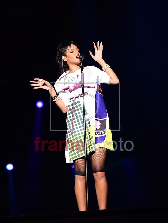 *BRAZIL ONLY* ATENÇÃO EDITOR, IMAGEM EMBARGADA PARA VEÍCULOS FORA DO BRASIL* wenn20689595 Cingapura - 22/09/2013 - A cantora Rihanna se apresenta na festa de encerramento do GP de Cingapura de F1. Foto: Wenn/Frame