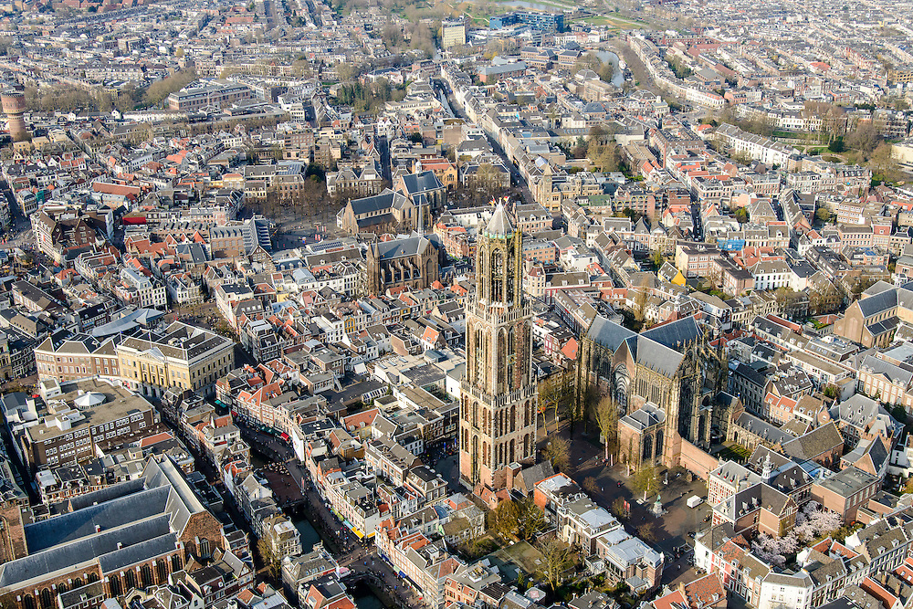 Nederland, Utrecht, Gemeente Utrecht, 01-04-2016; centrum van de stad met aan het Domplein de Domtoren en Domkerk. Verder onder andere Buurkerk, Oudegracht, oude Stadhuis.<br /> Utrecht city centre with landmark Dom tower.<br /> <br /> luchtfoto (toeslag op standard tarieven);<br /> aerial photo (additional fee required);<br /> copyright foto/photo Siebe Swart