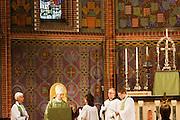 Aartsbisschop Joris Vercammen (midden) gaat voor tijdens de mis. Op zondag 31 oktober is in de Getrudiskathedraal in Utrecht  Annemieke Duurkoop als eerste vrouwelijke plebaan van Nederland geïnstalleerd. Duurkoop wordt de nieuwe pastoor van de Utrechtse parochie van de Oud-Katholieke Kerk (OKK), deze kerk heeft geen band met het Vaticaan. Een plebaan is een pastoor van een kathedrale kerk, die eindverantwoordelijk is voor een parochie. Eerder waren bij de OKK al twee vrouwelijk priesters geïnstalleerd, maar die zijn geen plebaan.<br /> <br /> Archbishop Joris Vercammen is saying a prayer at a special service. At the St Getrudiscathedral in Utrecht the first female dean of the Old-Catholic Church (OKK), Annemieke Duurkoop, is installed together with a new pastor Bernd Wallet. The church has no connections with the Vatican.
