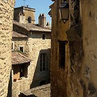 EN> The old town of Saint Montan in the Ardeche, France |<br /> SP> El viejo pueblo de Saint Montan en el Ardeche, Francia