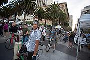 In San Francisco rijden een honderdtal fietsers mee met de Critical Mass San Francisco. Het is vandaag precies 23 jaar geleden dat de eerste Critical Mass fietstocht is gehouden. Het doel was om de aanwezigheid van de fietser in het verkeer onder aandacht te brengen. De rit worden nu iedere laatste vrijdag van de maand gehouden in steden over de hele wereld. Iedereen die wil kan zich aansluiten, de route wordt spontaan bedacht.<br /> <br /> In San Francisco a hundred cyclists join the Critical Mass San Francisco. It is exactly 23 years ago today that the first Critical Mass bike ride was held. The goal was to bring the presence of the cyclist on the road under consideration. The drive will now be held every last Friday of the month in cities around the world. Anyone who wants can join.  The route will spontaneously conceived.