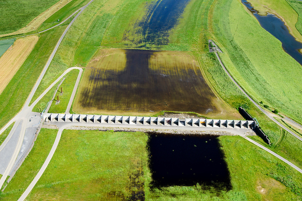 Nederland, Gelderland, Gemeente Arnhem, 09-06-2016; IJsselkop, splitsing van het Pannerdensch Kanaal (uitloper van de Rijn) in Neder-Rijn en IJssel. In de uiterwaarden van de Hondsbroeksche Pleij bij Westervoort het regelwerk wat bij hoogwater het water over beide riviertakken verdeelt.<br /> Division of river Rhine in Lower Rhine and IJssel. In the floodplains the control works that distributes the water over two river branches.<br /> <br /> luchtfoto (toeslag op standard tarieven);<br /> aerial photo (additional fee required);<br /> copyright foto/photo Siebe Swart