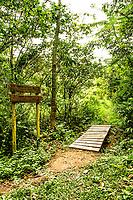 Sinalização no Caminho da Gurita, no Parque Municipal da Lagoa do Peri. Florianópolis, Santa Catarina, Brasil. / Orientation signage at Gurita trekking trail, at Lagoa do Peri Municipal Park. Florianopolis, Santa Catarina, Brazil.