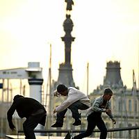 Un grupo de patinadores de tabla, o comunmente llamados skatos, practican acrobacias en la zona de los muelles de Barcelona, España. 14 de Abril 2005.