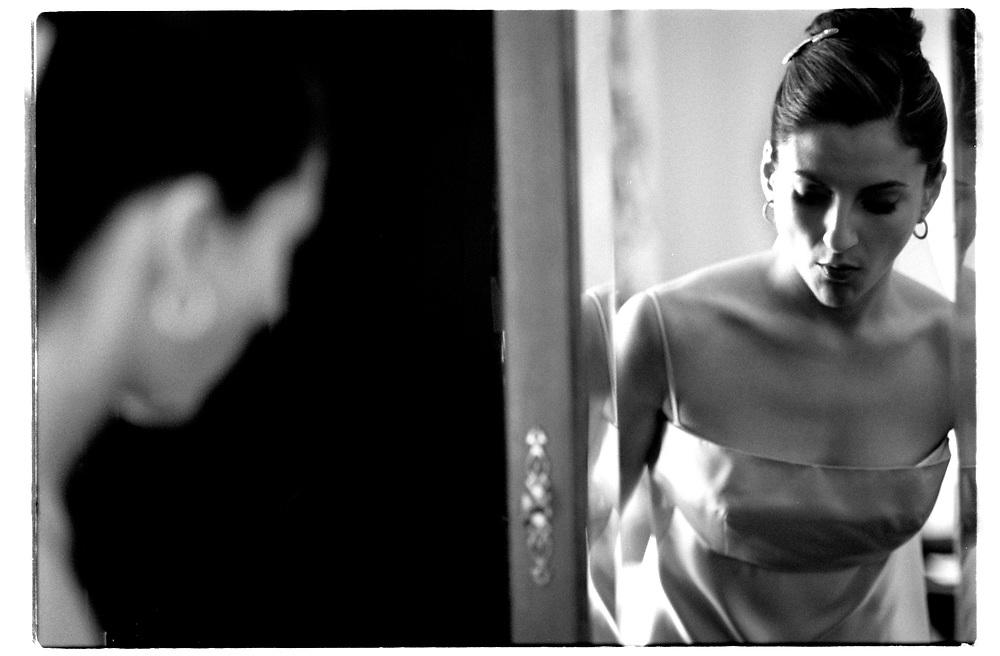Torys hotellrum, Park Avenue på bröllopsdagens förmiddag. Påklädning, håruppsättning och makeup med hjälp av en känd stylist har tagit över tre timmar, resultatet granskas noga..Joby Harold and Tory Tunnell's wedding in New York City..Photographer: Chris Maluszynski /MOMENT