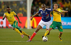 Abou Diaby of France in action with Steven Pienaar & Teko Modise of South Africa, France v South Africa, FIFA World Cup 2010 Group A, Free State Stadium, Bloemfontein, South Africa, Date 22062010 Picture by Marc Atkins Mobile +27 8200 97621 (IPS PHOTO AGENCY) - 21 Delisle road - London SE28 0JD- tel: 020 88 55 1 008 - fax: 020 88 55 1037 - ISDN: 020 88 55 1039. / SPORTIDA PHOTO AGENCY