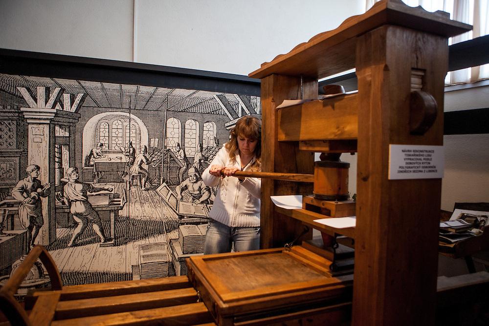 Monika Dolezalova demonstriert die damalige Drucktechnik in der Gedenkstätte zur Kralitzer Bibel und Brüderdruckerei. Kralice nad Oslavou (deutsch Kralitz) ist eine Gemeinde in Tschechien. Sie liegt 29 Kilometer westlich des Stadtzentrums von Brno und gehört zum Okres Třebíč. Kralice war bis zur Mitte des 17. Jahrhunderts ein wichtiges Zentrum der Mährischen Brüderbewegung, hier entstand die Kralitzer Bibel.