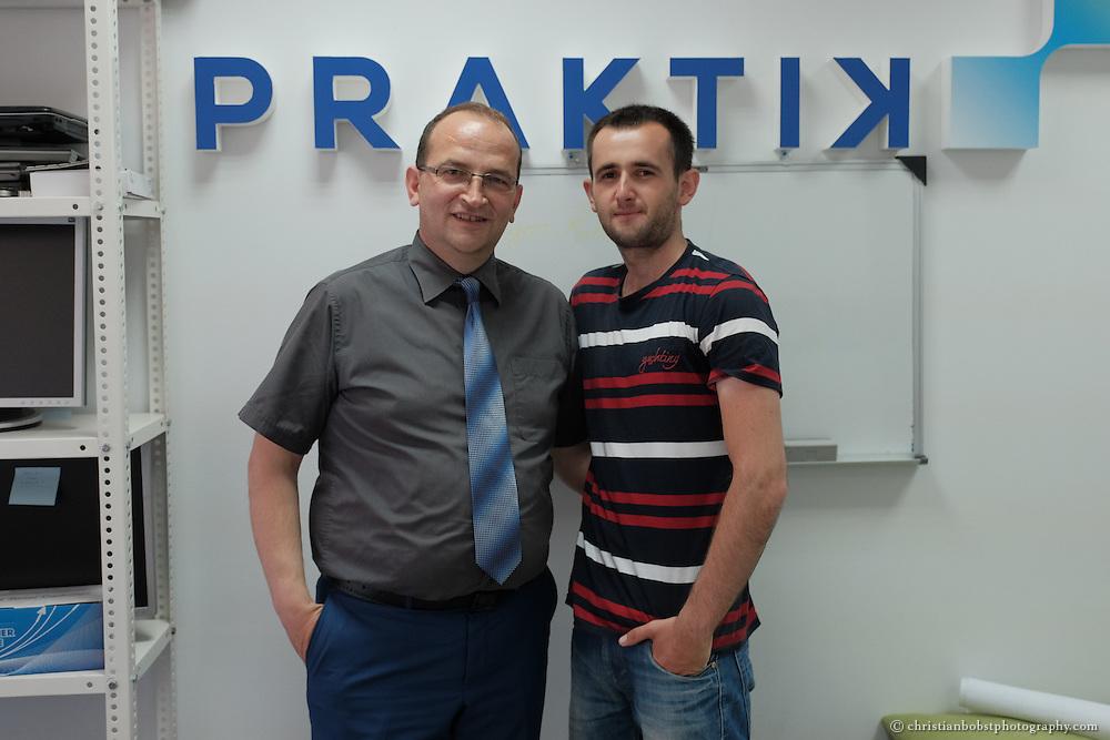 """Arlind Gashi, wohnt und arbeitet in Peja, hat Ausbildung bei """"Praktik"""" gemacht, das von Helvetas unterstützt wird. In diesem Bild mit seinem Praktik-Trainer Burim Berisha."""