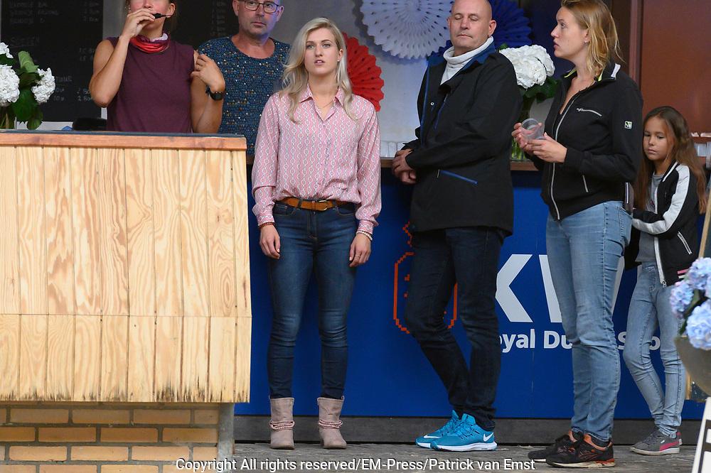 Setbezoek Britt Dekkers paardenfilm Whitestar bij de Royal Dutch Sport Horse in ERmelo.<br /> <br /> op de foto:  Britt Dekker op de set