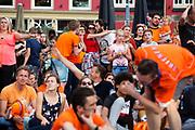 Op de Neude kijken fans op een scherm naar de huldiging. In Utrecht vieren supporters feest omdat het Nederlandse vrouwenvoetbalteam voor het eerst in de geschiedenis Europees kampioen geworden. De 'leeuwinnen' worden in park Lepelenburg in Utrecht gehuldigd.