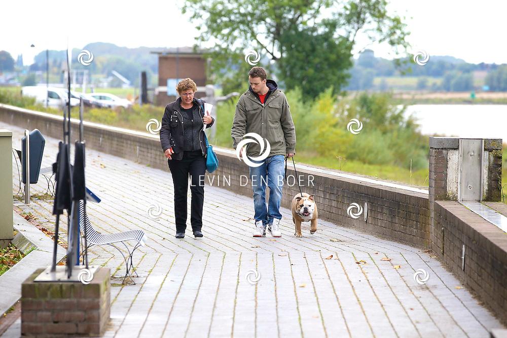 ZALTBOMMEL - Vince Brethwell is hondetrainer en werkt volgens de methode van Cesar Milan. FOTO LEVIN DEN BOER - PERSFOTO.NU