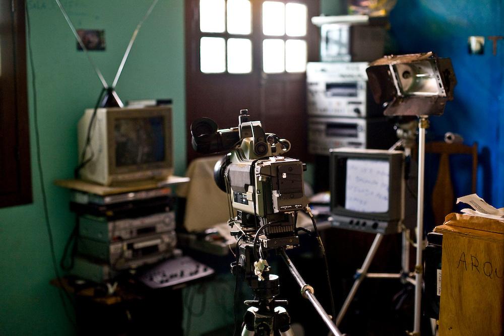 Sabara_MG, Brasil...A TV Muro e uma pequena organizacao produtora de televisao brasileira localizada na cidade de Sabara. E intitulada a menor rede de televisao do mundo...The TV Muro is a small Brazilian television network, located in Sabara. Its the smallest TV in the world. ..Foto: JOAO MARCOS ROSA / NITRO