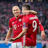 MUNCHEN, Bayern Munchen - PSV, 19-10-2016, voetbal, Champions League, seizoen 2016-2017, Allianz Arena Munchen, Bayern Munchen speler Arjen Robben (L) feliciteert Bayern Munchen speler Robert Lewandowski (R) die de 3-1 heeft gescoord.