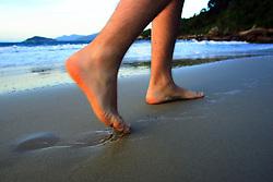 Caminhada na beira da Praia da Pinheira, Palhoça-SC.<br /> FOTO: Jefferson Bernardes/Preview.com