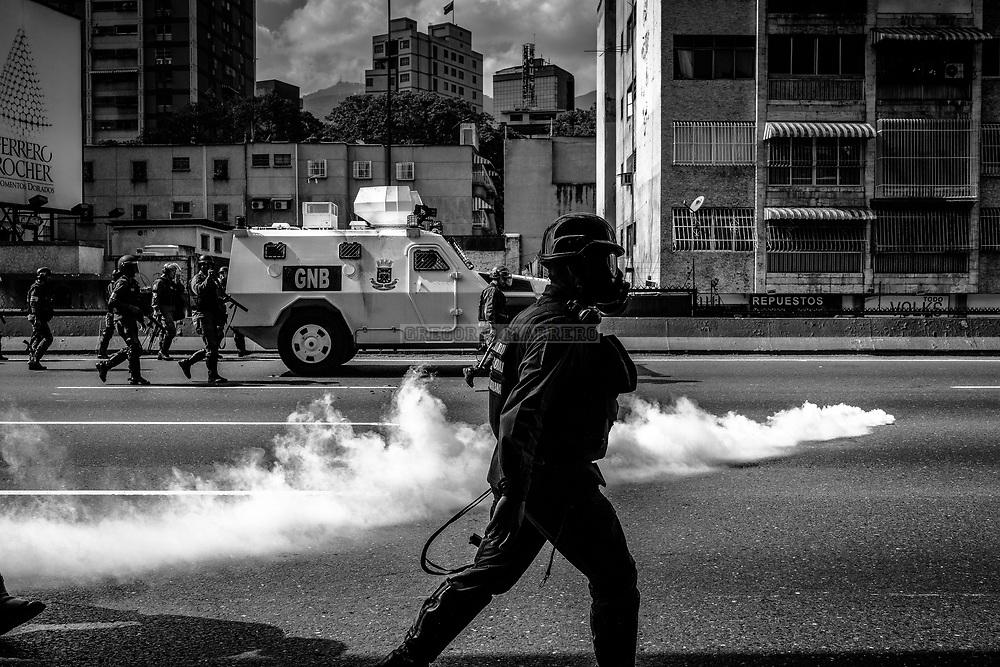 Caracas, Venezuela - 6/4/17: La Guardia Nacional reprime el avance de la protesta en la autopista Francisco Fajardo, principal vía de Caracas. Miles de personas salen a las calles en los barrios del este de la ciudad de Caracas para protestar en contra de la decisión del Tribunal Supremo de Justicia que ordena a la Asamblea Nacional cesar en sus atribuciones y estas ser asumidas directamente por el máximo tribunal. La Asamblea Nacional fue ganada por la oposición venezolana en elecciones celebradas el 15 de Octubre de 2015, en las cuales resultó victoriosa la coalición de partidos opositores MUD haciéndose con la mayoría calificada del parlamento venezolano.  (Fotografia: Gregorio Marrero)
