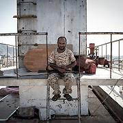 Un militaire monte la garde, le 14 juin 2017, sur le toit du batiment du gouvernorat à Aden.